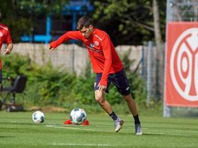 美因茨官方:训练受伤,阿伦-马丁将缺席两场比赛