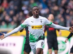 门兴上半场狂轰4球,5-1横扫奥格斯堡登顶德甲积分榜