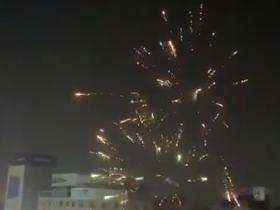 疯狂,伊拉克球迷在广场目睹球队进球后放火花庆祝