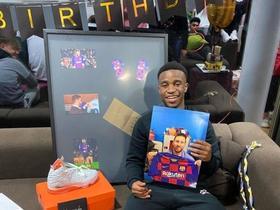 穆科科晒15岁生日礼物:梅西照片,还有多特巴萨双层蛋糕