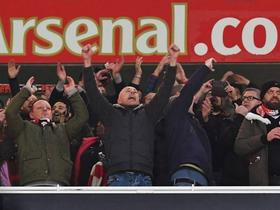 被禁赛的法兰克福球迷混入酋长球场,球队进球后高歌庆祝